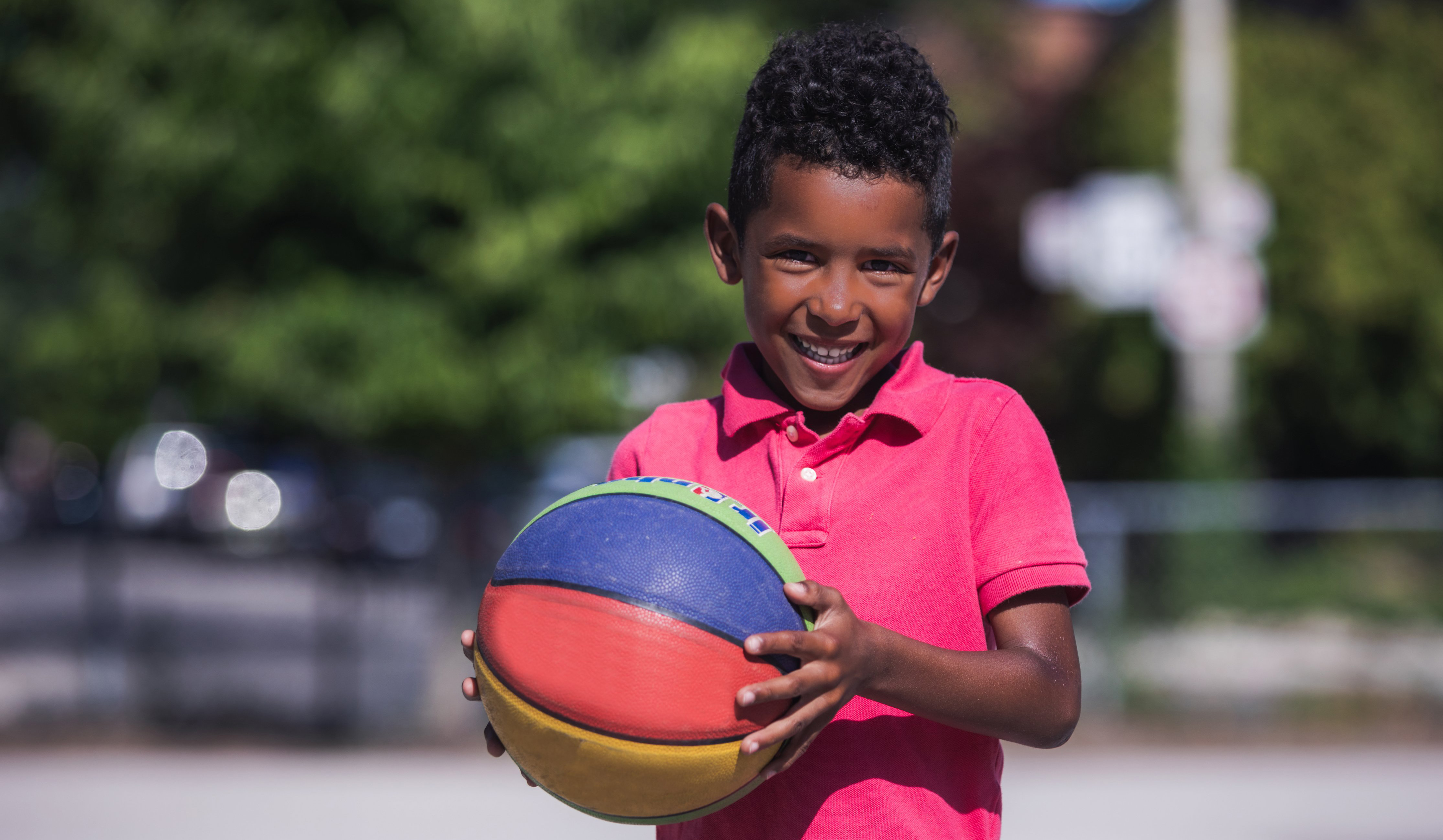 cropped_smiling-boy-with-basketball