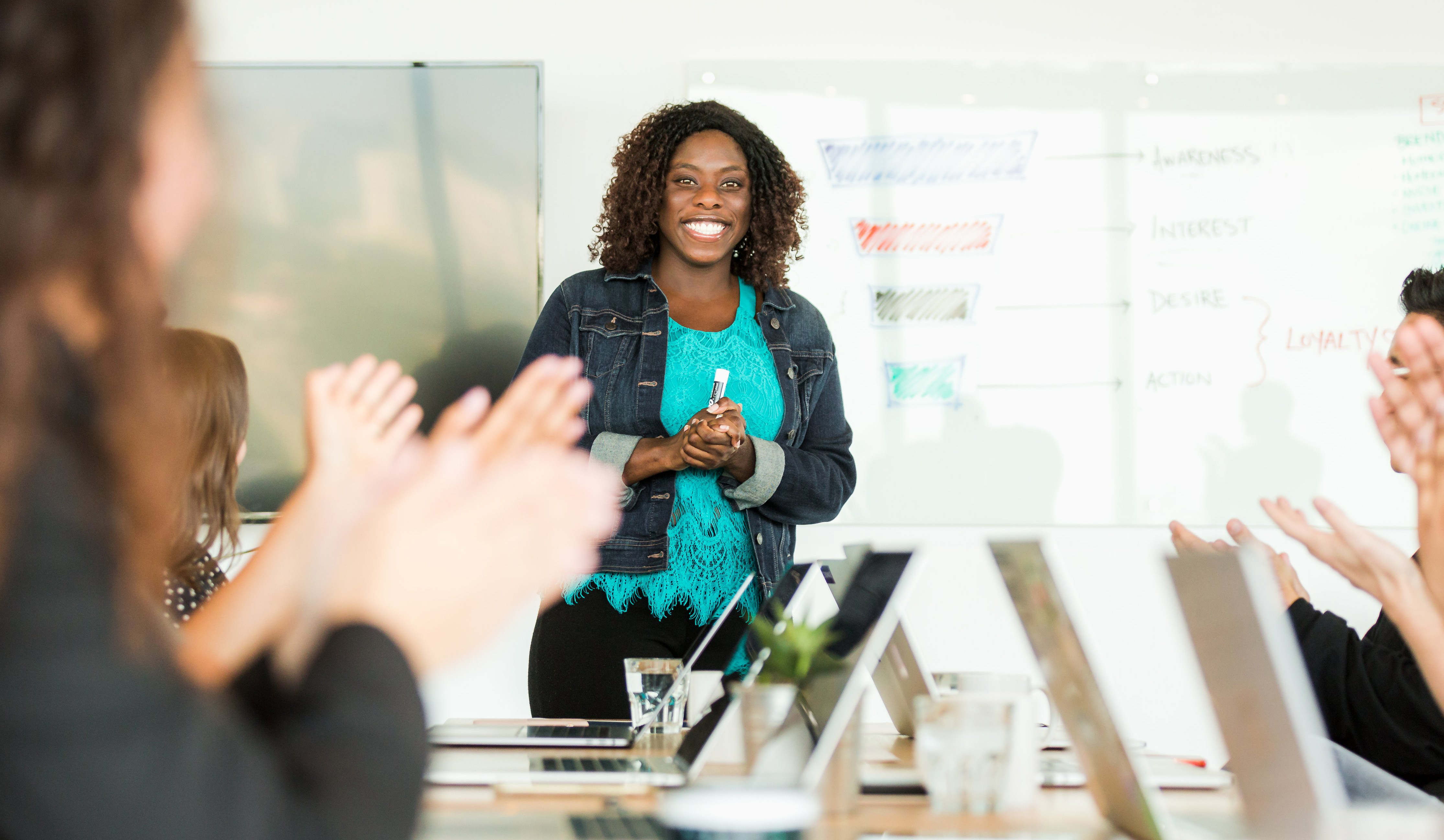 cropped_woman-happy-leading-meeting-1